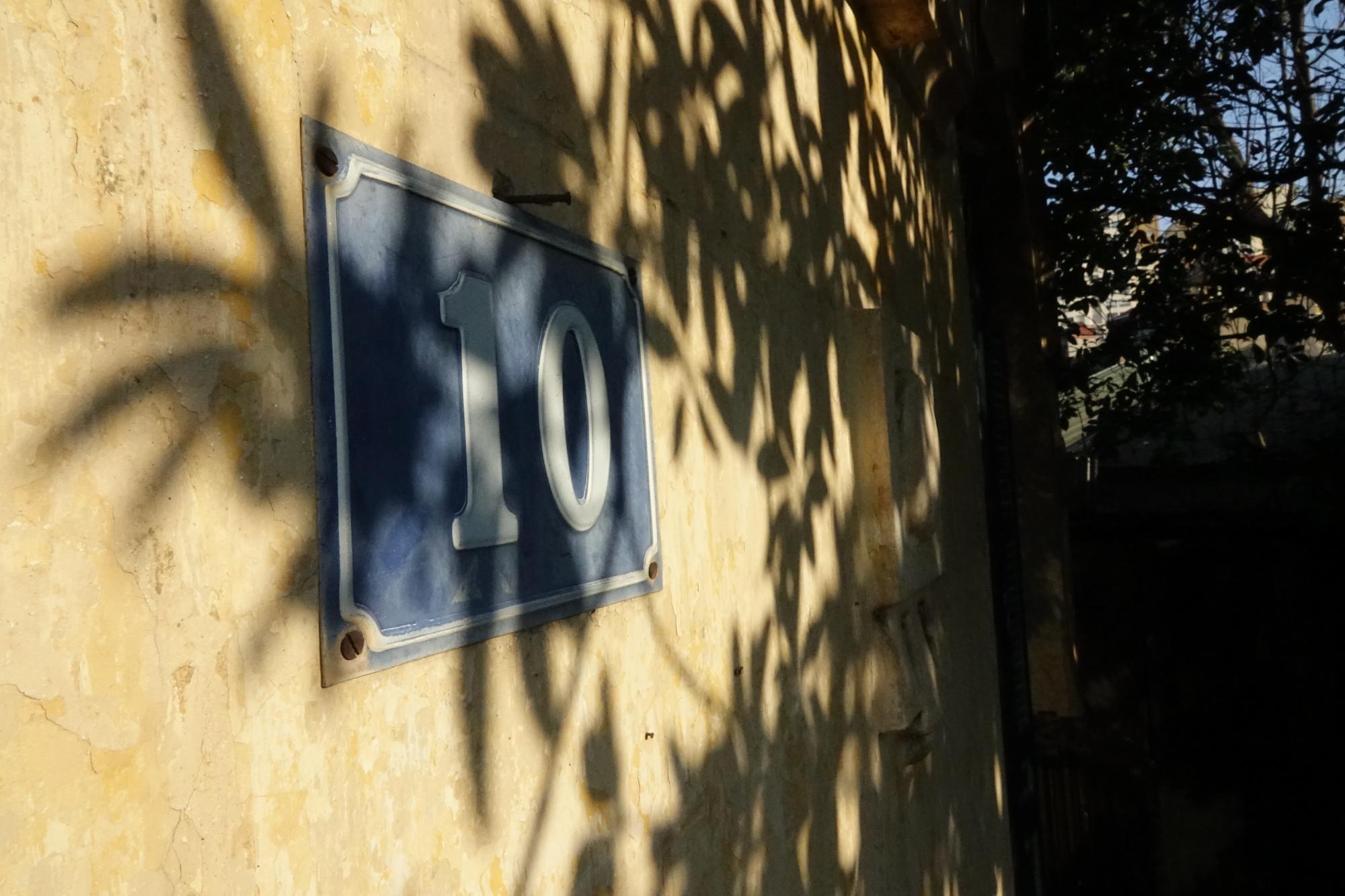 Ngôi nhà số 10 ngõ 128C Đại La này là chứng nhân lịch sử của những năm tháng mưa bom bão đạn. Đến năm 1977, nơi đây trở thành nhà ở của cán bộ của Đài Tiếng nói Việt Nam. Năm 1991, ngôi biệt thự Pháp cổ này được đưa vào quy hoạch cần dỡ bỏ để mở rộng đường Đại La.